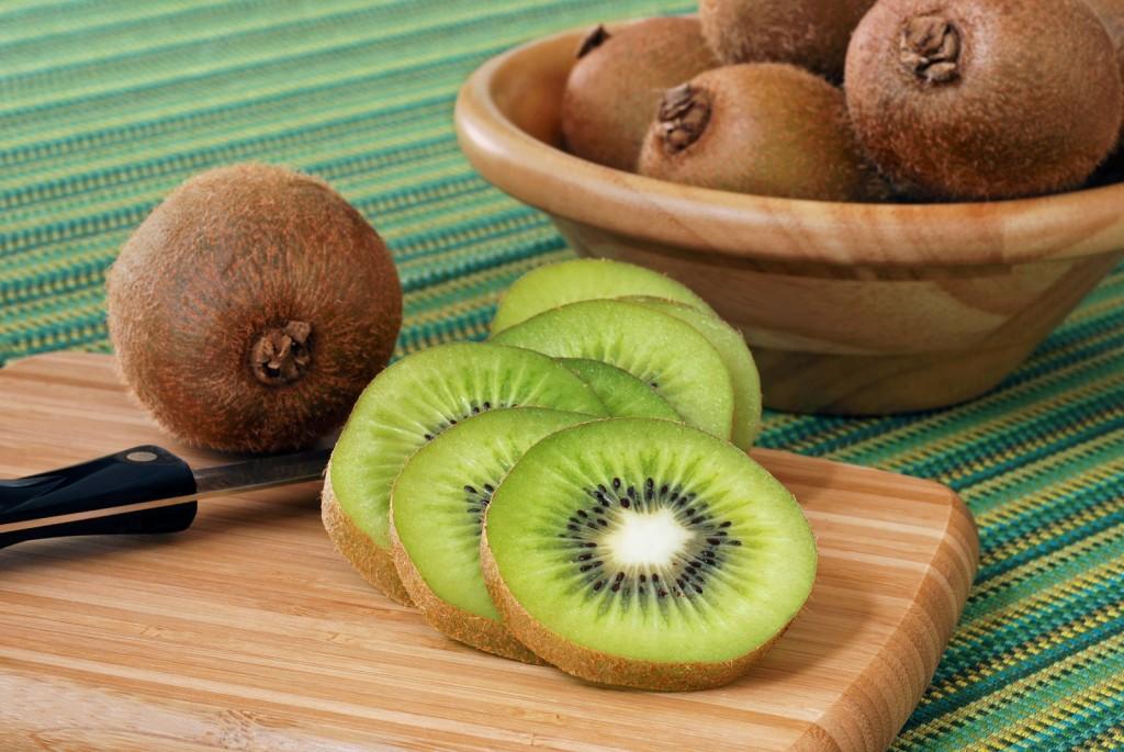 Le kiwi, très riche en vitamine C augmente la fermeté et l'élasticité de la peau.